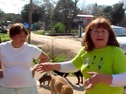 Clarita dando su testimonio junto a una vecina que colabora