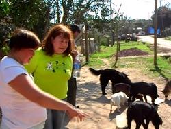 La Sra. Clara Yiedro -a la derecha- observando y analizando el estado general de los animales atendidos.