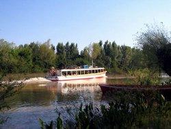 Lancha de Pasajeros: Todos los dias parte del puerto de Campana atravesando el Canal Alem